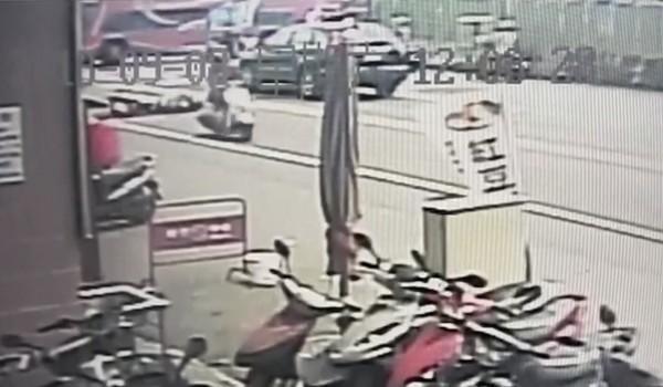 警方過濾監視器,發現潘婦肇事後還回頭看。(警方提供)