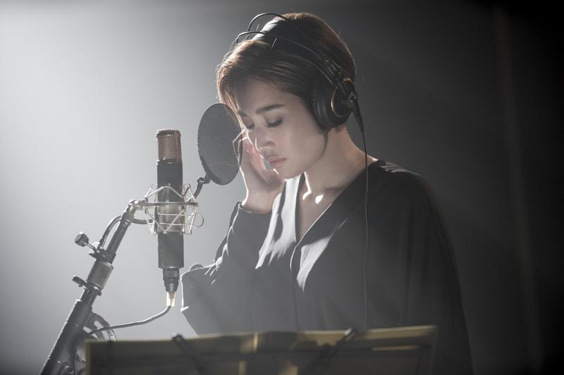 A-Lin獻出大銀幕處女作《比悲傷更悲傷的故事》,自在詮釋樂壇天后。(索尼提供)