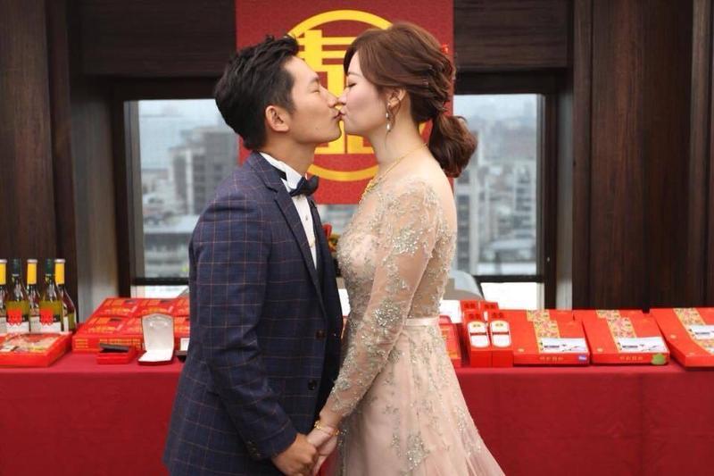 蔡昌憲訂婚宴照片曝光,甜吻老婆好閃啊。(翻攝自蔡昌憲私人臉書)