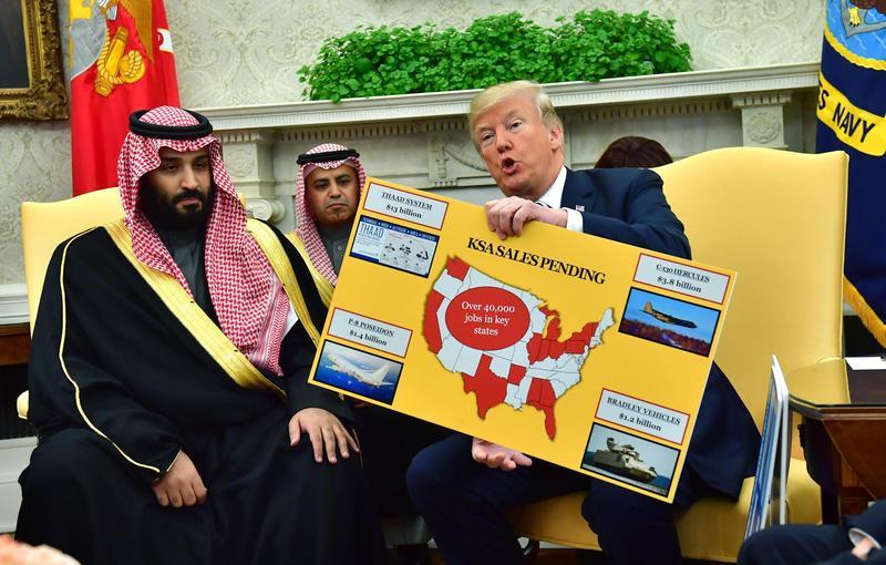 川普年初在白宮接見沙國王儲,以圖表說明兩 國之間的軍火交易案。(東方IC)