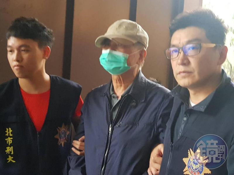 周哲宇約在下午4點半被移送到北檢,他戴著球帽及口罩,不發一語。