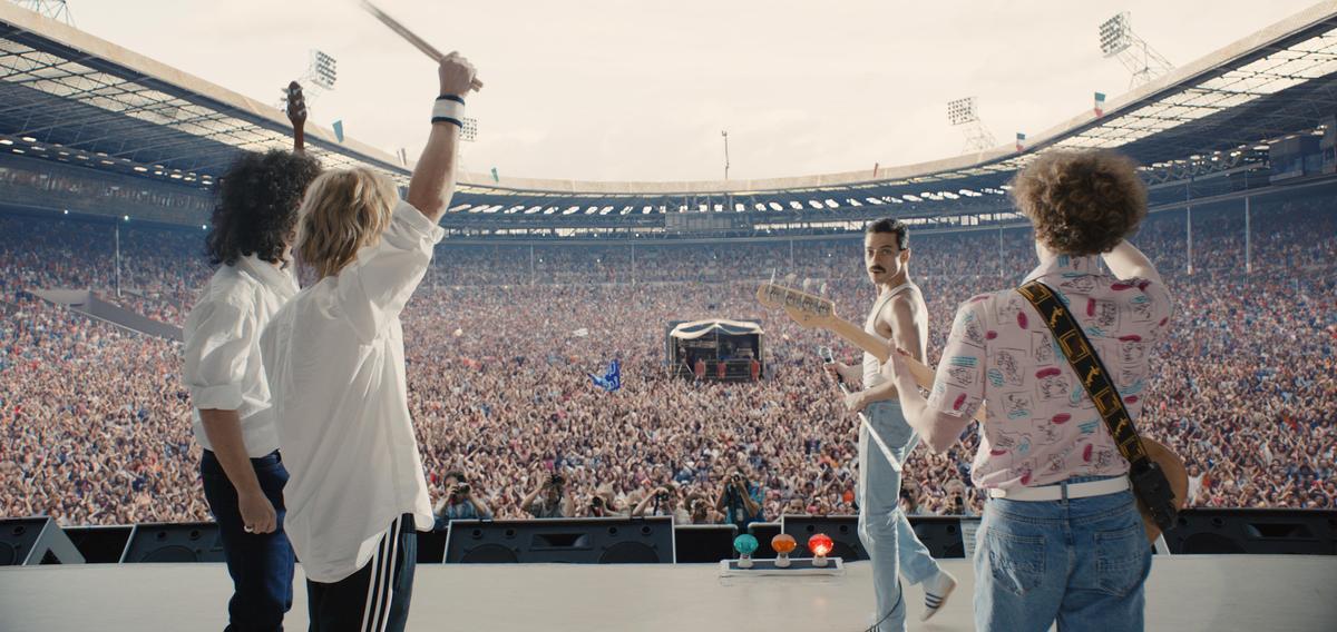 雷米馬力克飾演主唱佛萊迪墨裘瑞,才華洋溢的他卻因愛滋病英年早逝,至今仍是搖滾世上最偉大歌手之一。(福斯提供)
