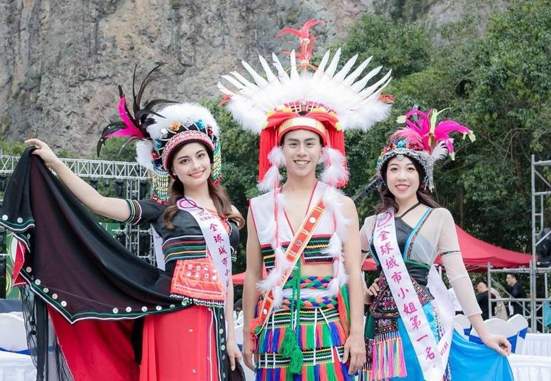 台灣代表成績斐然,城市先生陳駿閎(中)拿下大中華冠軍,李棠霓(左)拿下亞軍,賴韋如(右)則是台灣區第一名、大中華區第四名。(全球城市小姐選拔大賽提供)
