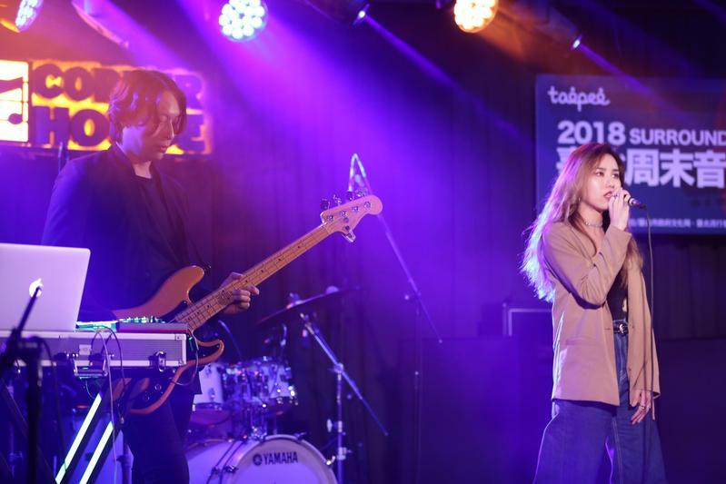 激膚樂團女主唱安卓雅被封為「最正樂團女主唱」,抱病在《2018臺北周末音樂不斷電》演唱。(新視紀整合行銷)