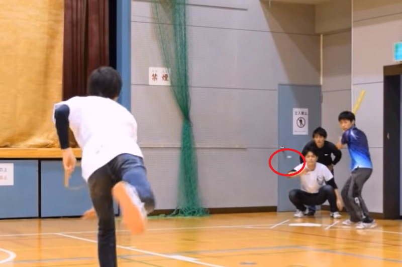 日野湧在京都大學開創了「丟瓶蓋俱樂部」,儼然成了日本瓶蓋棒球始祖,(翻攝京都大學丟瓶蓋俱樂部影片)
