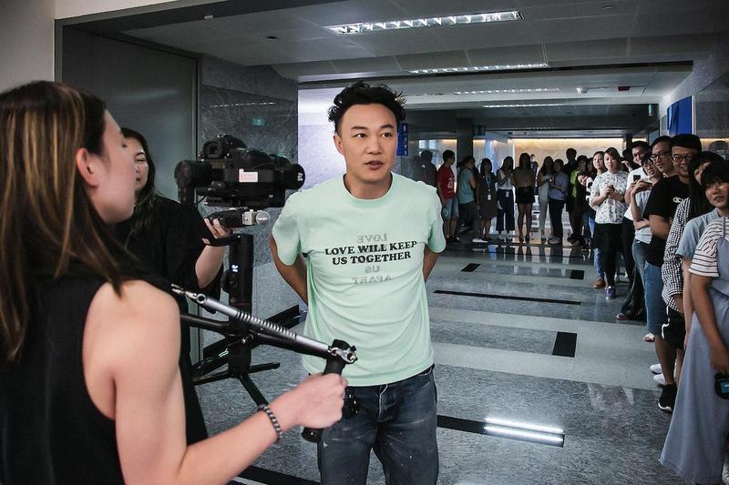 金曲歌王陳奕迅突擊KKBOX新總部,接受互動式實境節目《速爆突擊隊》訪問。(KKBOX提供)