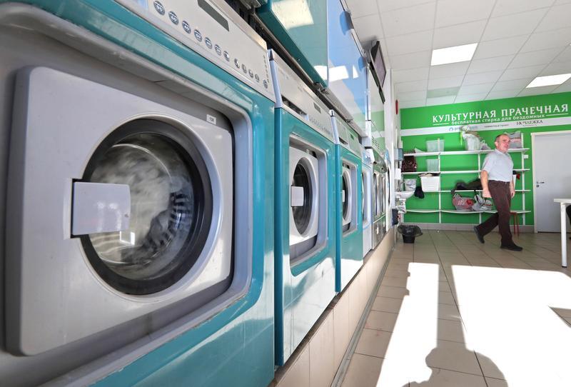 洗衣服時化纖衣物脫落的細小的塑膠纖維,排入水中就會形成汙染。(東方IC)