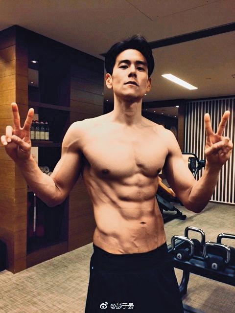彭于晏有著精壯肌肌,他跟林珈安的緋聞傳了多年,最後沒有結果就不了了之。