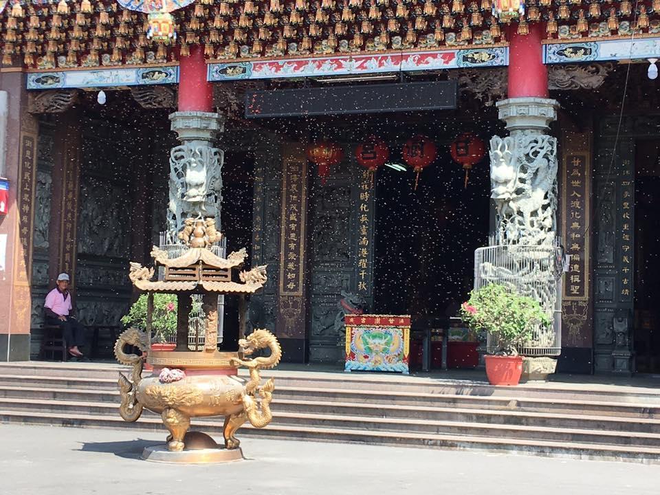 蜜蜂不停飛舞在廟宇間,有些單獨停在梁柱上,有些則聚集在燈籠上。(翻攝自永靖甘澍宮臉書)