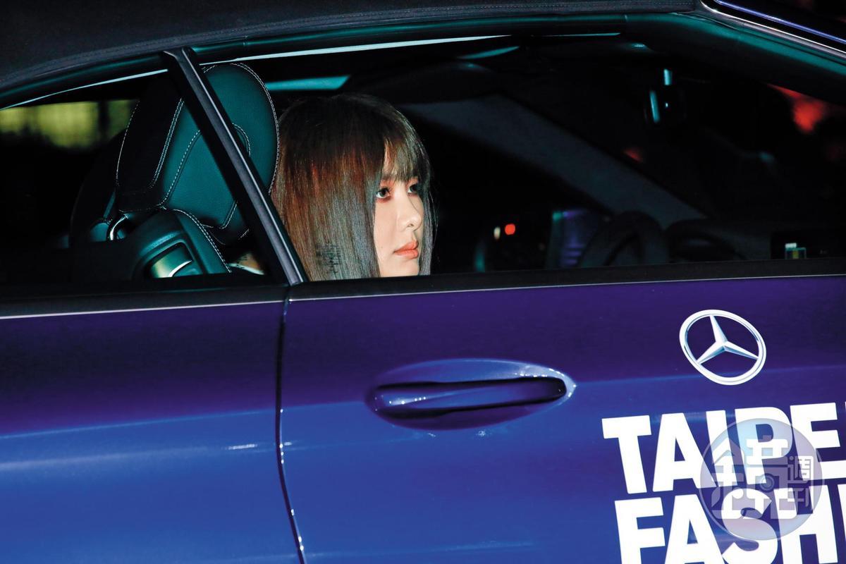 安心亞坐在車內放空,感覺有種靈異氣息,尤其沒啥血色,畫面令人可敬又可畏。