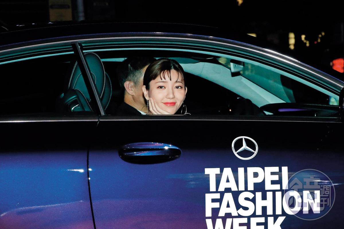 同樣坐在車內,郭雪芙很早就有警覺性對著車外裝可愛,裝萌裝得非常努力。