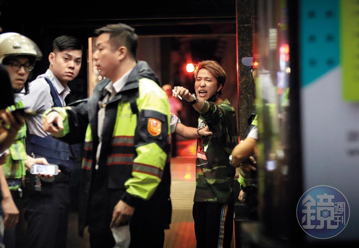 10月9日 04:36 衝突現場有警方到場關切,大根流了一臉的血,表情猙獰地叫囂。