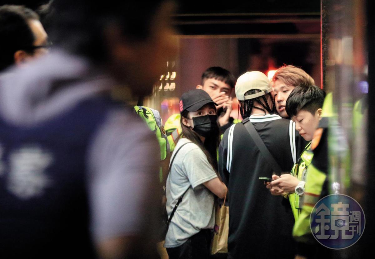 10月9日 04:38 大根、篠崎泫似乎都是該場衝突的中心人物,他們被友人及警察重重包圍。