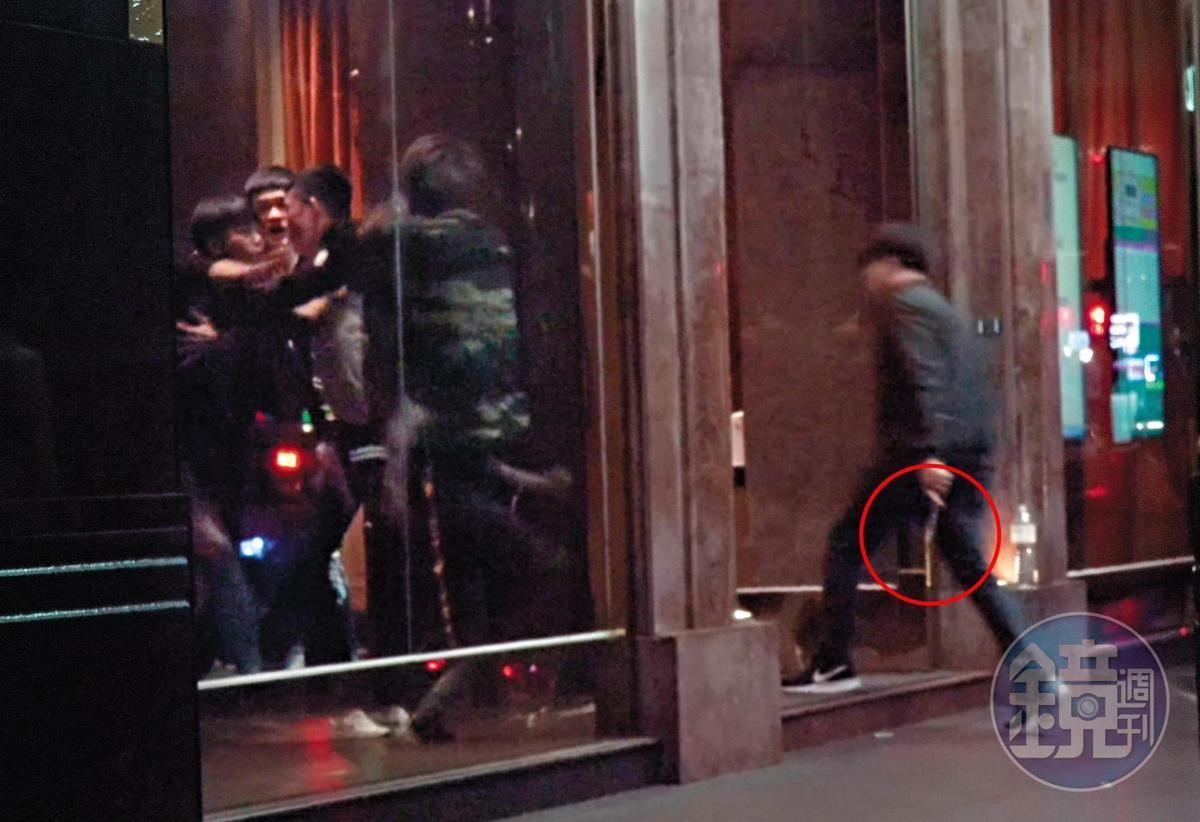 10月9日 04:26 原來大根前一晚參加春風的生日趴後變調;一群人去錢櫃,但不是唱歌,而是幹架,其中還有男子手拿棍狀物。