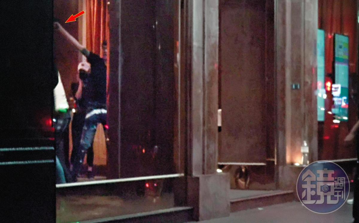 10月9日 04:27 一群人在裡頭暴力鬥毆,可以看到其中一名黑衣男子突然高舉槍枝(箭頭處)。