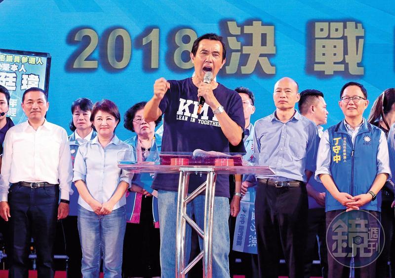 馬英九(中)遭起訴後,連月來全台跑透透助選,外界盛傳他可能重返政壇,以蓄積能量對抗官司。