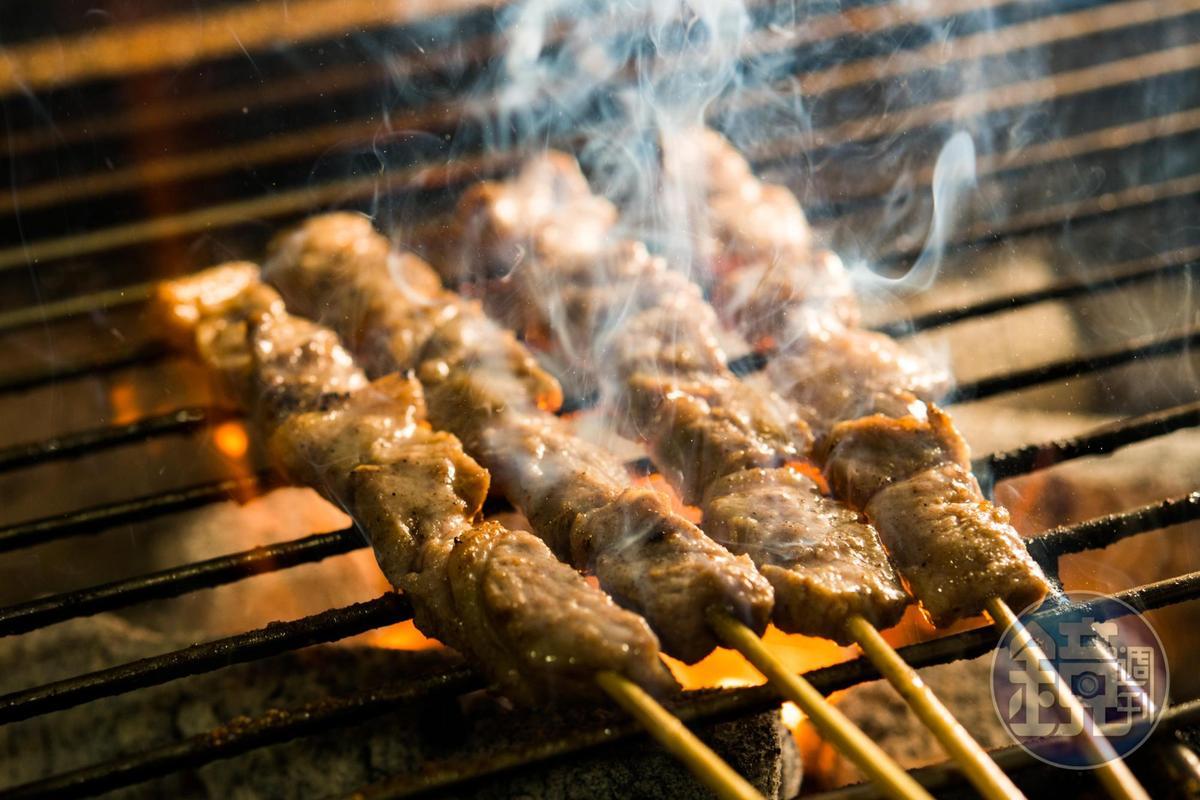 孫衛紅堅持羊肉串一定要用炭火,才能烤出家鄉味。