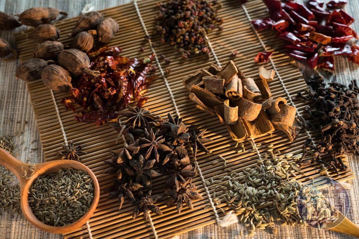 新疆人用香料的習慣受到四川移民影響,最常使用的是孜然,對羊肉去腥很有效。