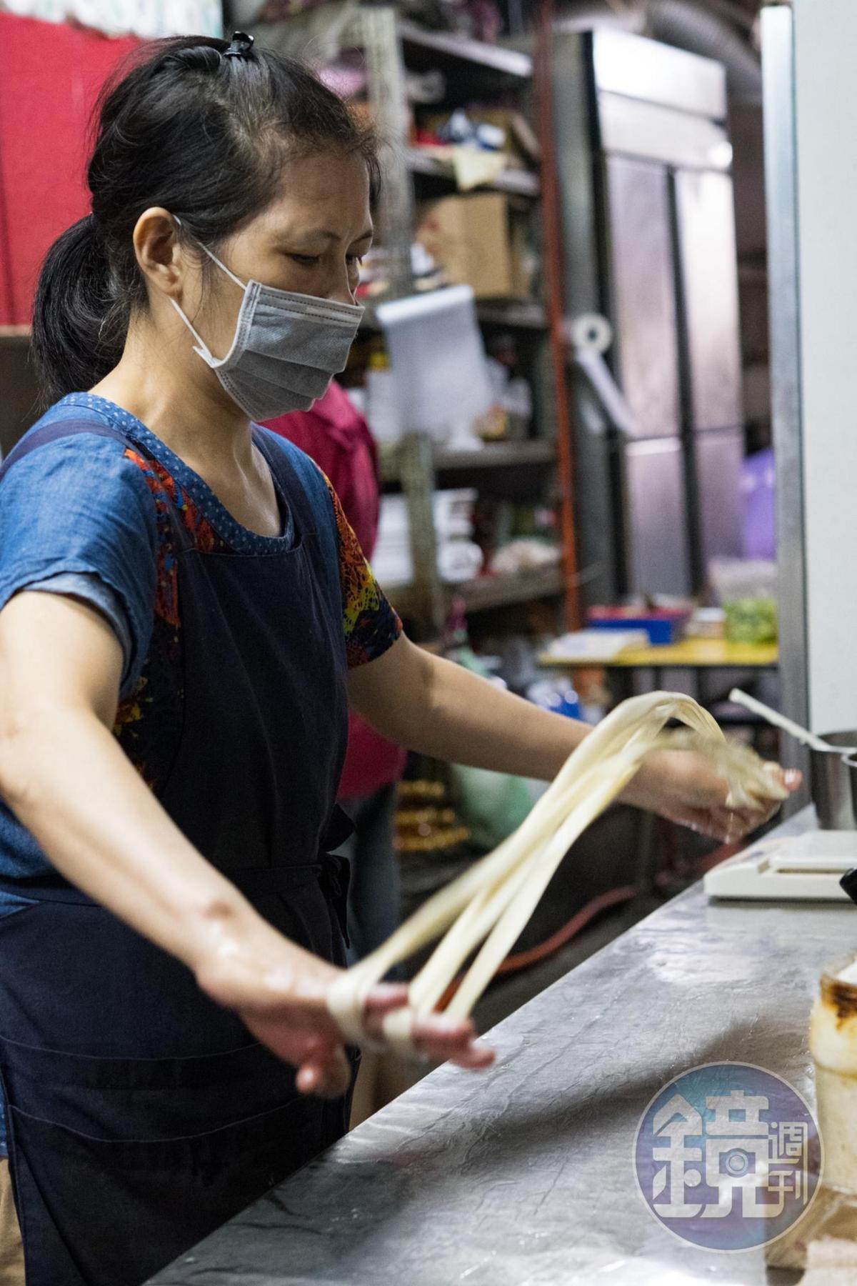 大盤雞裡的褲帶麵,是用高筋麵粉和成,彈性來自於手揉和足夠的醒麵時間。