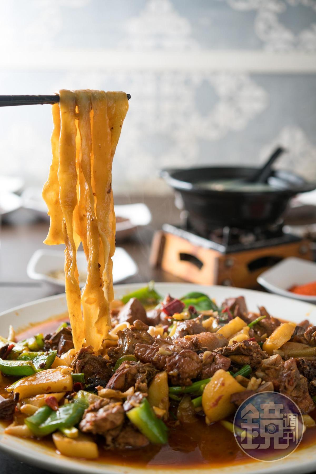 Q彈褲帶麵和馬鈴薯塊在盤底收納精華,越嚼越香。