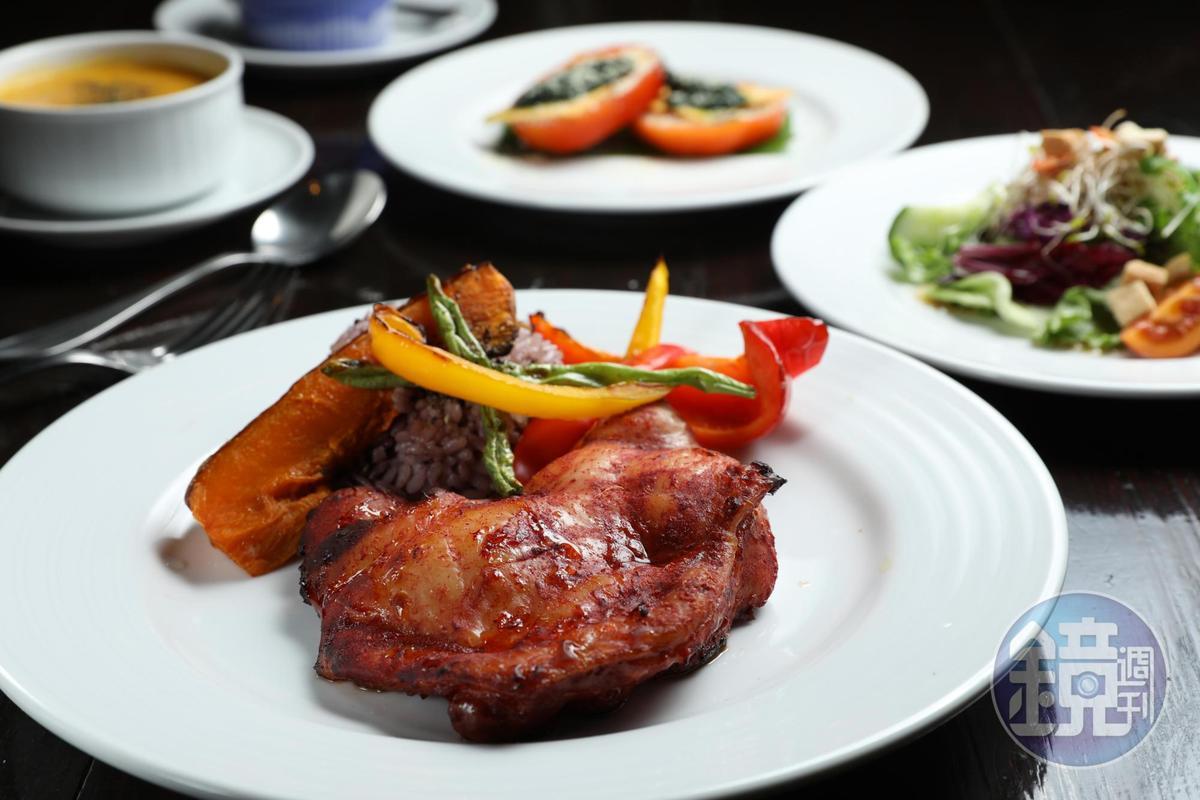 一泊二食,晚餐供應西餐,以紅麴雞腿為主菜,獨特香氣相當入味。