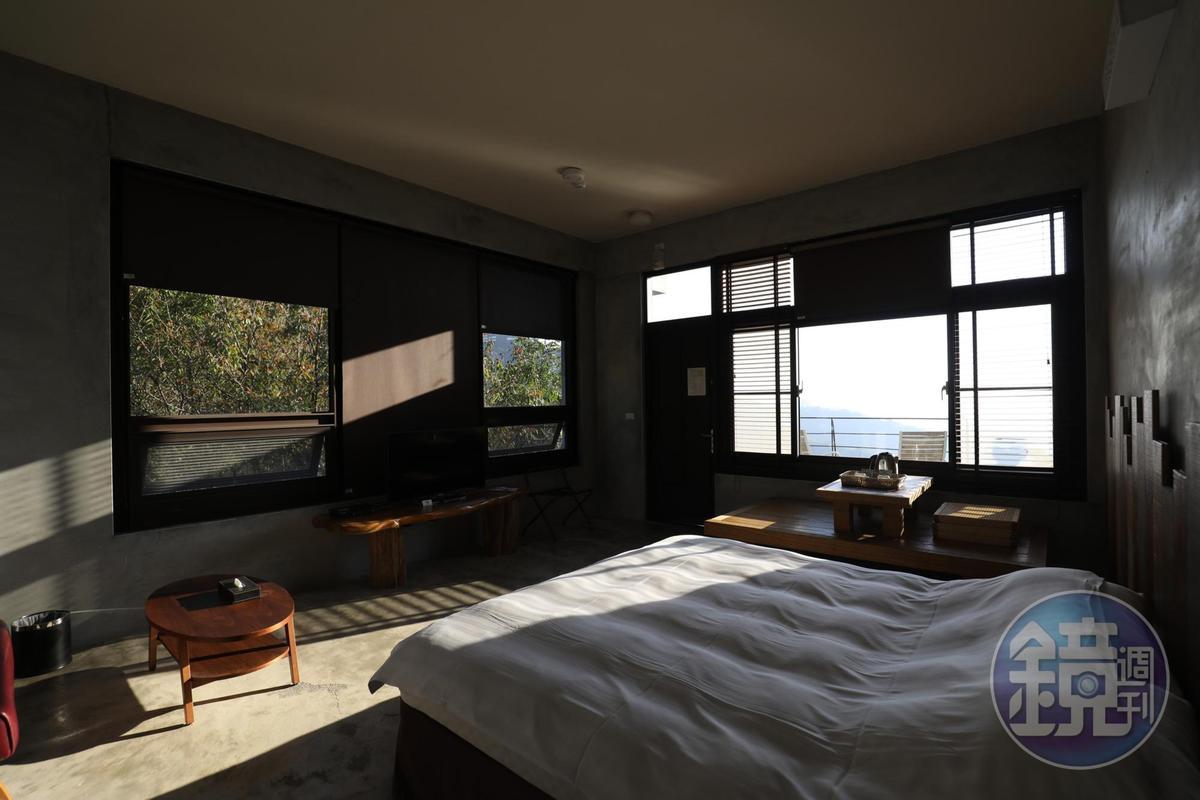 風格簡單的房間,引室外光入內,坐在屋內飲茶,共享窗外風景。