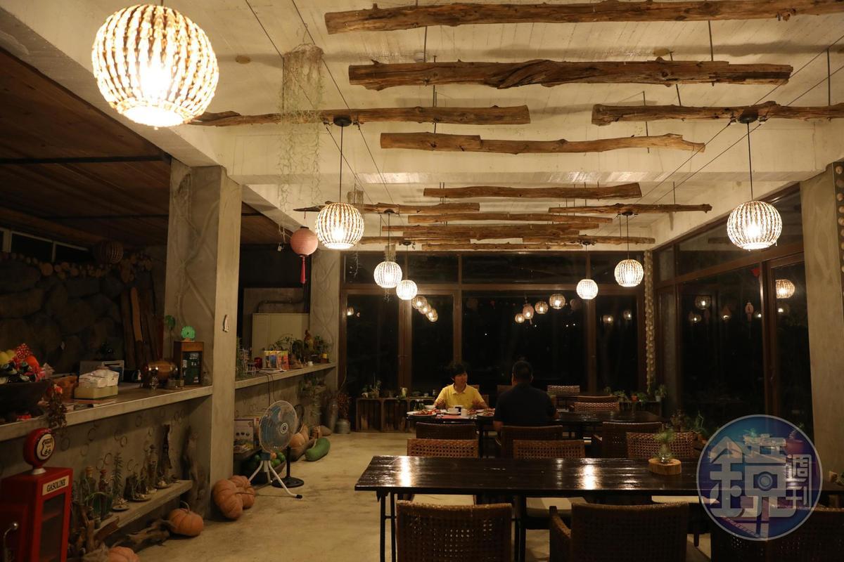 一樓用餐區,入夜後另有一種寧靜風格