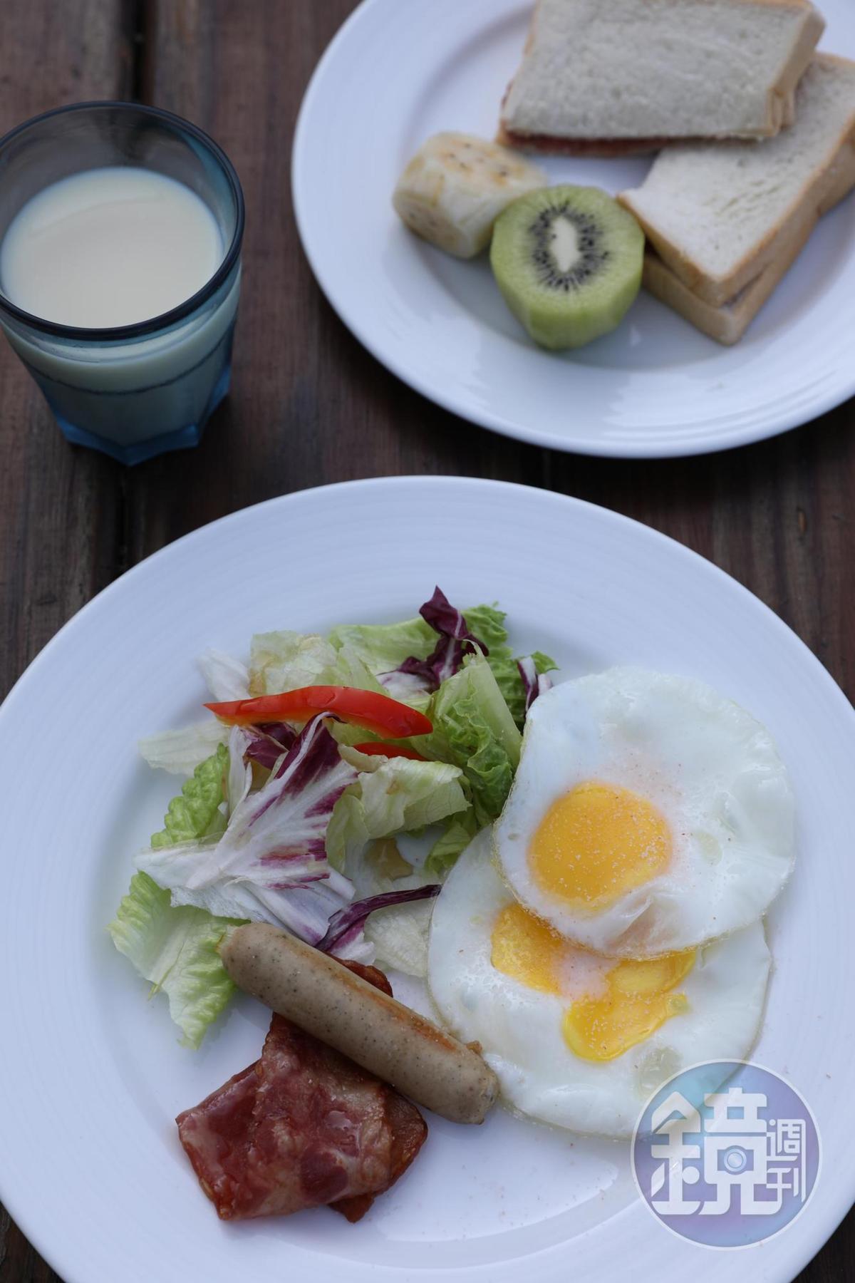 西式的早餐以吐司夾自製草莓醬,配上沙拉及煎蛋,提供一天活力的來源。