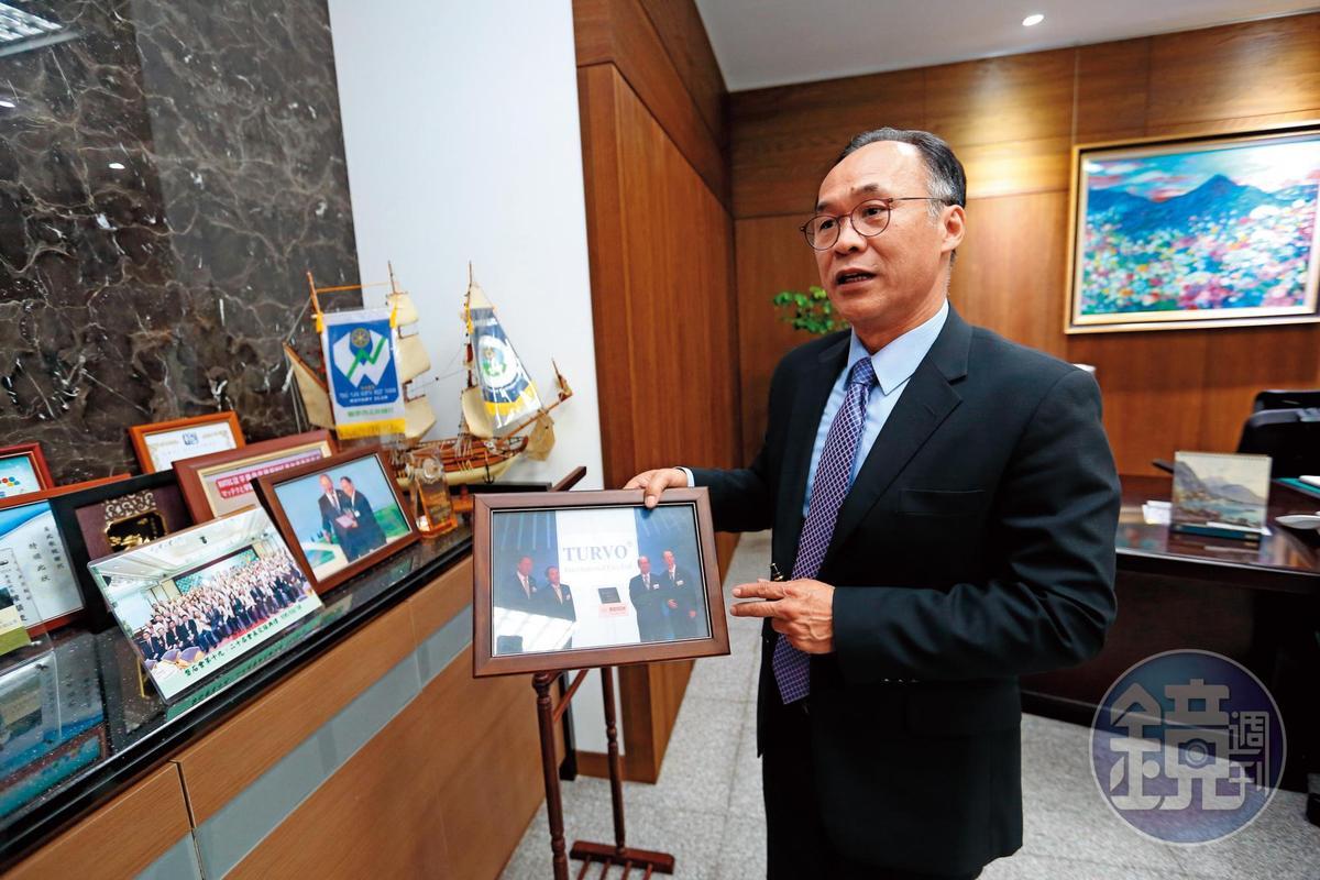 劉俊昌辦公室內特別陳列他去BOSCH領獎、分享供貨經驗的紀念照片。