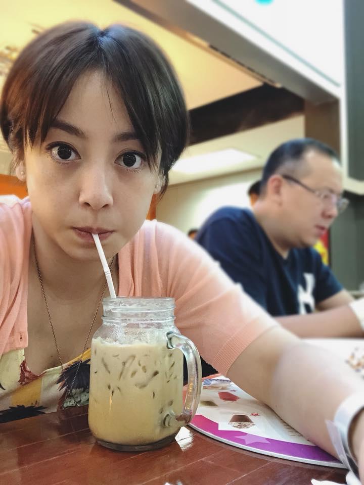 范筱梵和老公(右)2011年祕婚,移居泰國生活。(翻攝自范筱梵粉絲團)