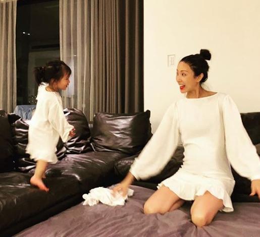 Lucy在一旁玩得不亦樂乎,隋棠則露出充滿母愛的微笑。(翻攝自隋棠IG)