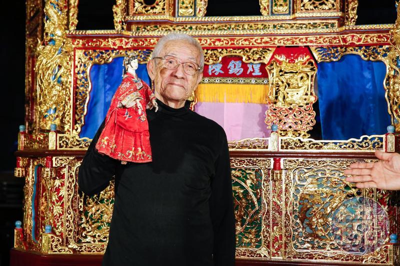 陳錫煌得到父親李天祿真傳,也是國寶級的布袋戲大師,《紅盒子》電影並提及了他與父親李天祿間的父子情結。