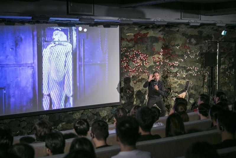 丹尼塔爾以瑪丹娜 《心叛逆巡迴演唱會》為案例,在臺北流行音樂國際論壇與音樂產業相關人員分享影像創意。(臺北流行音樂中心提供)