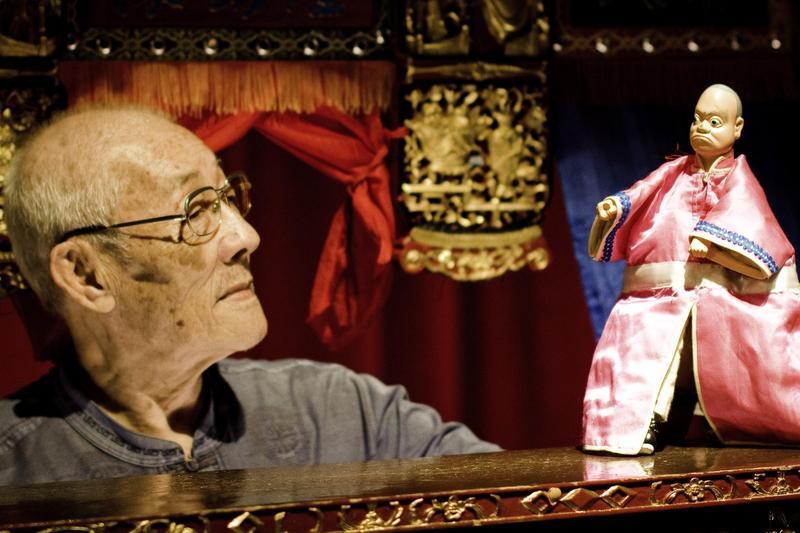 紀錄片《紅盒子》中捕捉到87歲國寶級布袋戲藝師陳錫煌的精湛技藝。(後場提供)