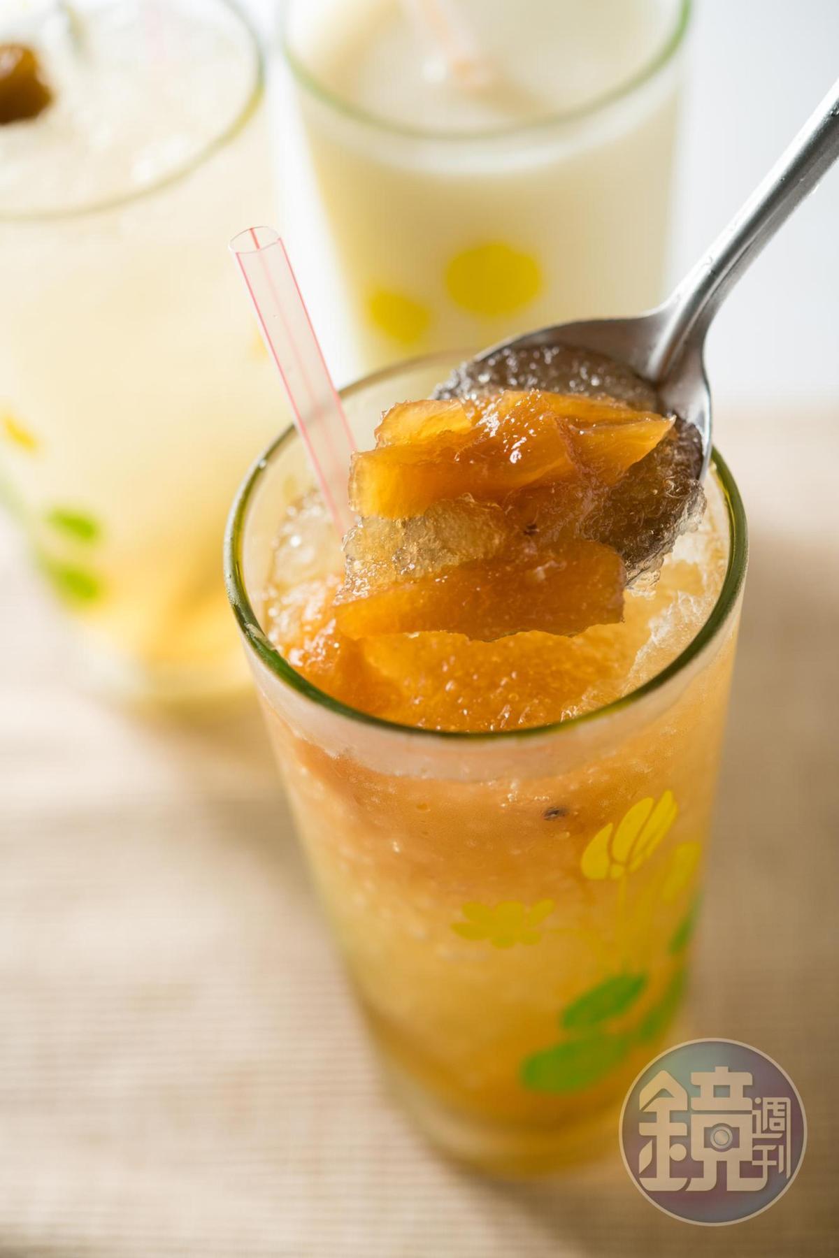 「鳳梨冰」上桌附湯匙,邊喝邊挖杯底的蜜鳳梨吃,口感不無聊。(35元/大杯)