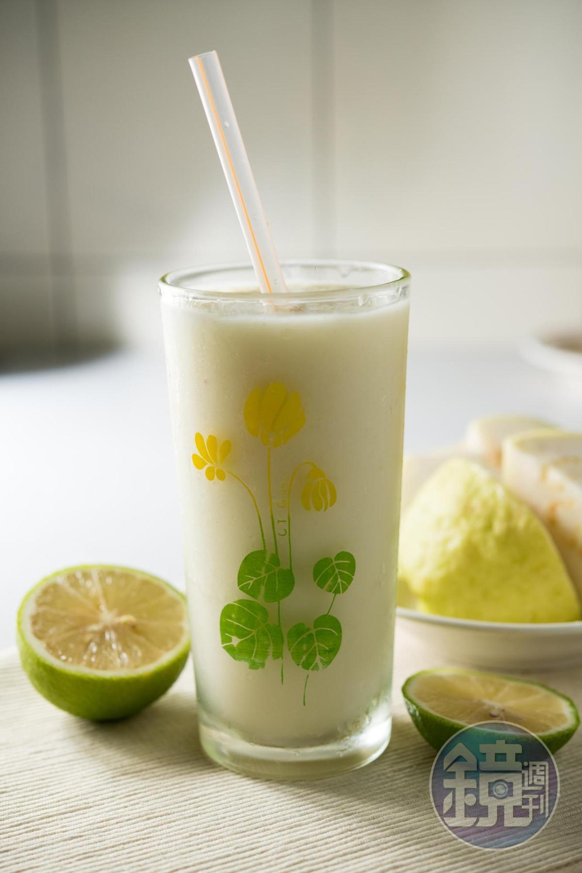 「芭樂檸檬汁」用完熟芭樂和整顆檸檬打成,清香酸甜。(50元/杯)