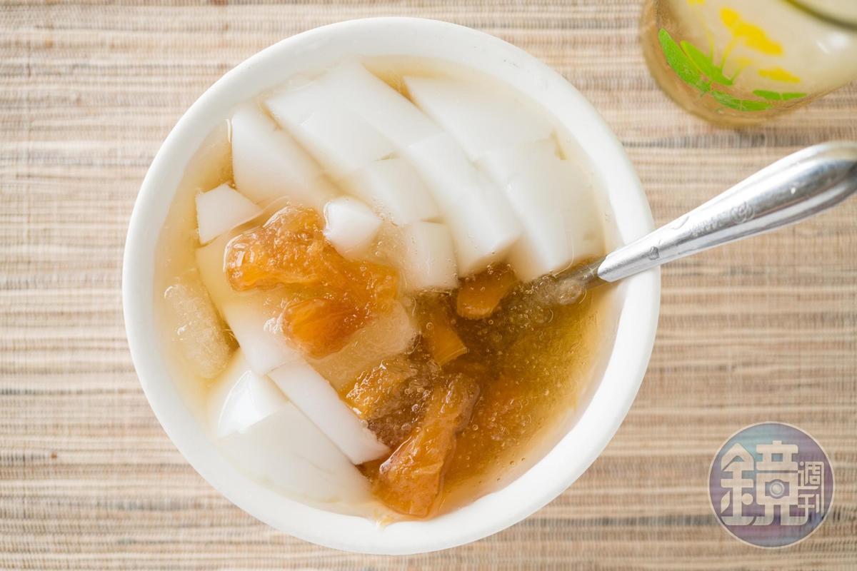 用洋菜做的「杏仁露」很有古早味,可單吃也可搭上蜜鳳梨做雙拼。(40元/碗)