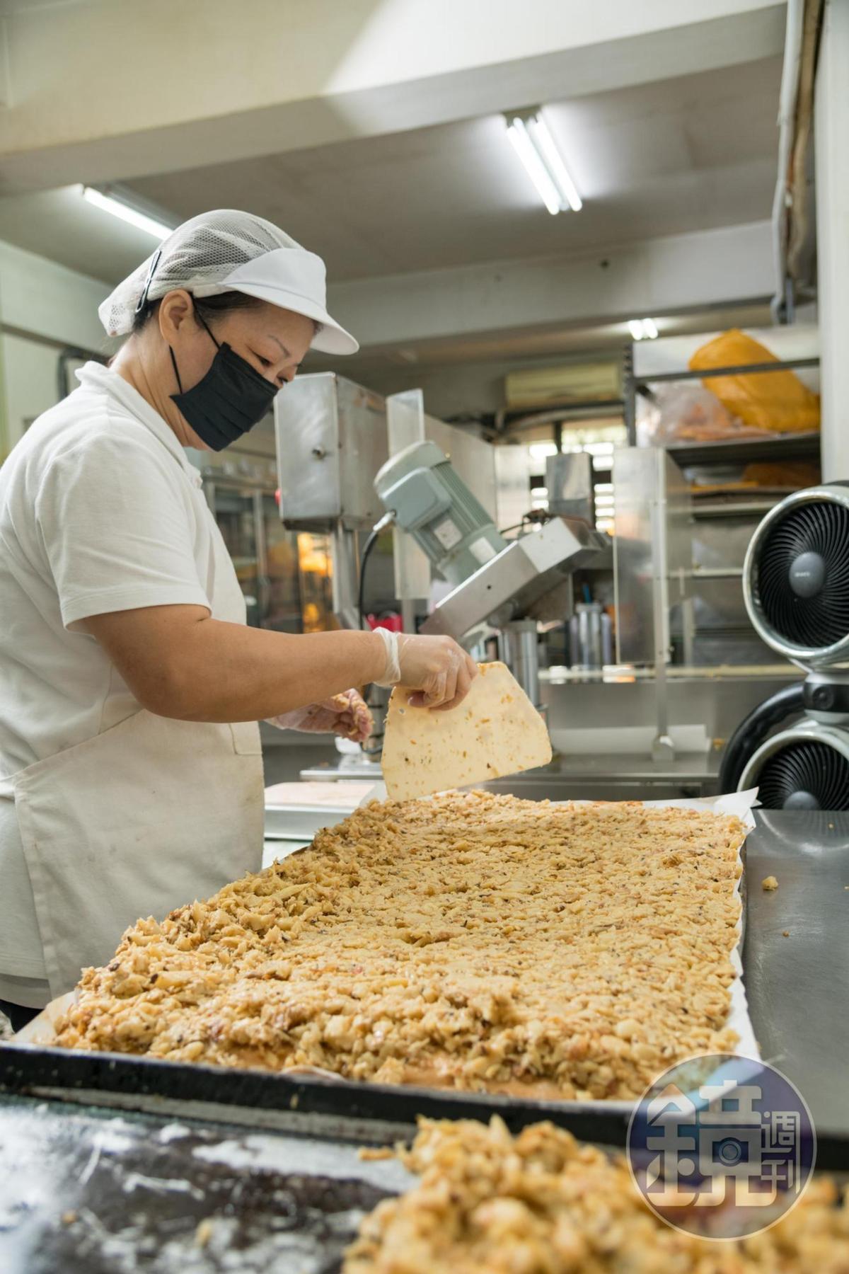 戚風蛋糕塗上美乃滋後,鋪上大量竹筍餡,視覺很澎湃。