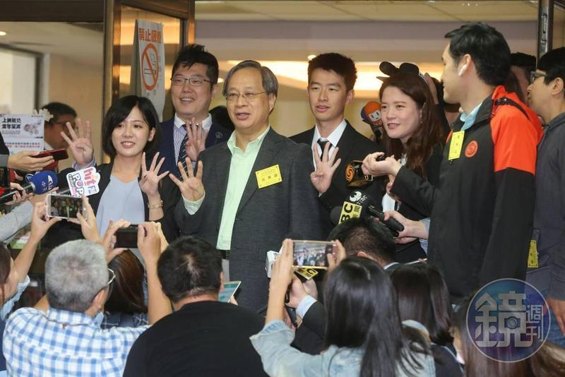 現任市長柯文哲委請競選總幹事小野代抽,抽到4號,與團隊一同以手勢比4。