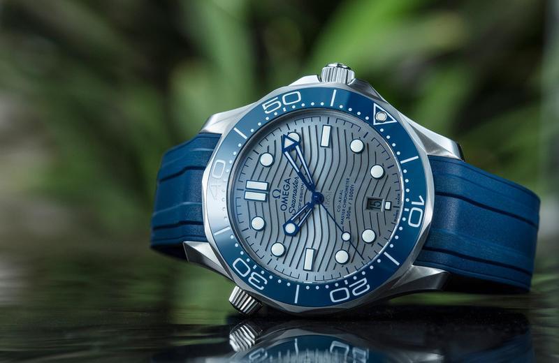 OMEGA全新Seamaster 300 Diver,藍圈灰面不鏽鋼款式,搭配橡膠錶帶,定價NT$155,500。