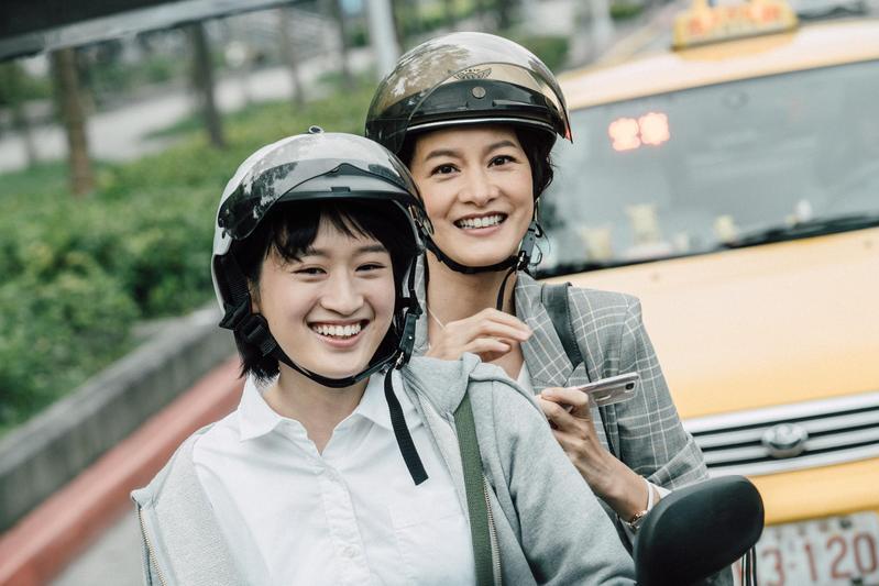 葉慈毓(右)在《20之後》飾演主角李彥儀,是個愛做甜點的清秀女孩,與「女神」Janet(謝怡芬)有多場親密互動戲。(公視提供)