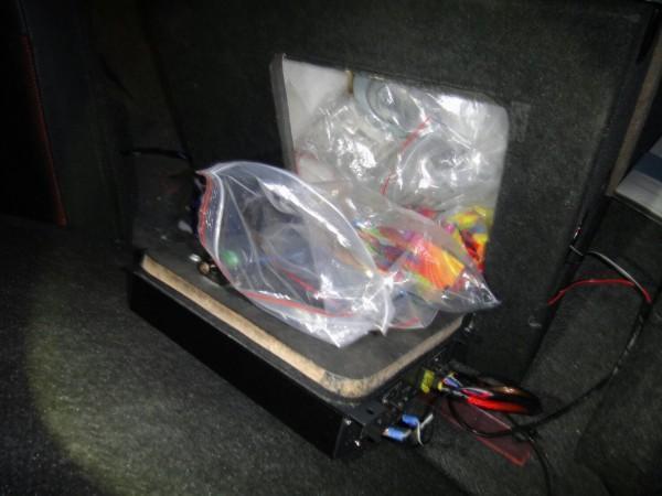 警方在後車廂一只音箱內發現大量毒品。(警方提供)