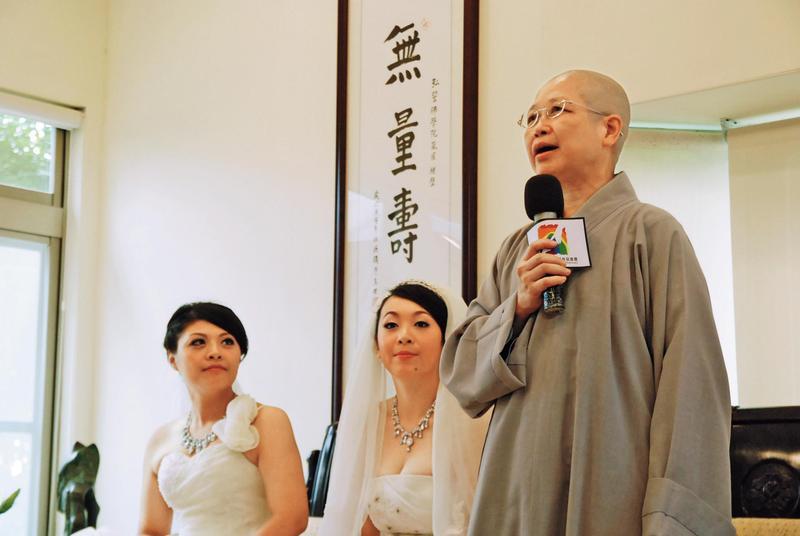 2012年釋昭慧為黃美瑜(左)、游雅婷(右)主持第一場女同志佛化婚禮,轟動國際。(黃美瑜提供)