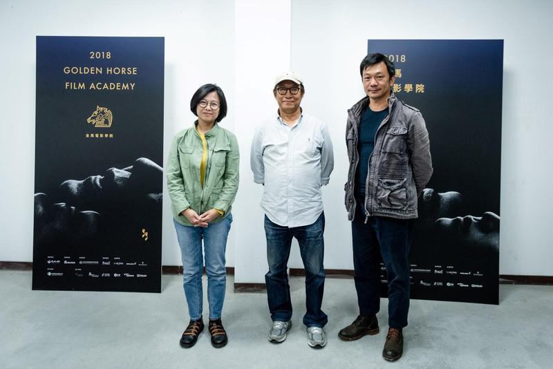 兩位導師來頭都不小,分別是曾獲金馬獎最佳短片的姜秀瓊(左)及去年新導演得主黃信堯。中為學務長廖慶松。(金馬執委會提供)