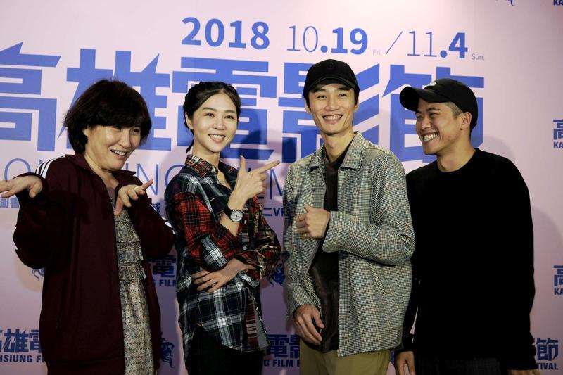 導演徐譽庭(左起)、女主角謝盈萱、配樂李英宏、導演許智彥,一起重現電影主題歌曲〈愛上你〉MV裡頭的誇張動作。(高雄電影節提供)