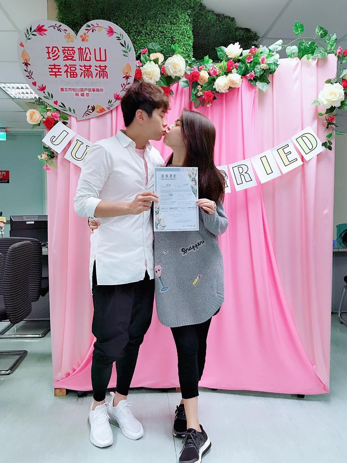 白家綺與吳東諺今早登記結婚,2人甜蜜接吻。(星之國際提供)