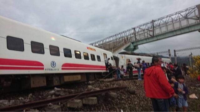 台鐵一輛普悠瑪下午在宜蘭新馬站發生脫軌翻覆意外。(翻攝畫面)
