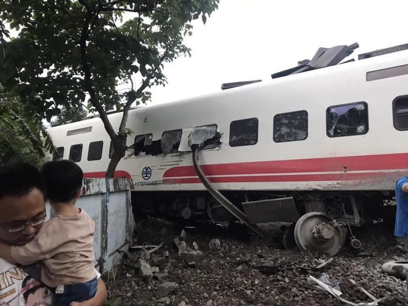 普悠瑪列車翻覆意外疑似是鐵軌錯位,才會造成嚴重傷亡。(翻攝自台東臉書災害通報)