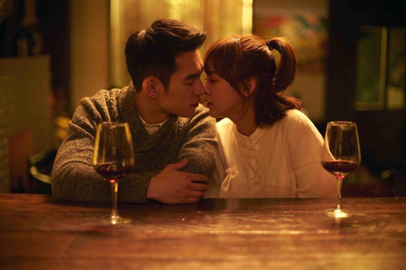 張書豪與陳意涵拍吻戲,男生害羞不敢真吻,反而陳意涵超大方直接臉貼臉。(傳影互動提供)