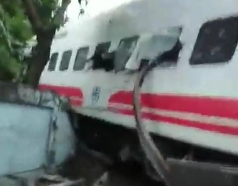 台鐵普悠瑪列車脫軌翻覆,鐵軌直接插入車廂,造成嚴重傷亡。(翻攝吳淑貞臉書)